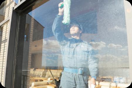 窓を磨けば、建物の内側も外側も見違えるほど綺麗になります。