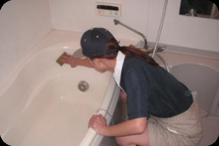 浴槽の掃除を行っています。